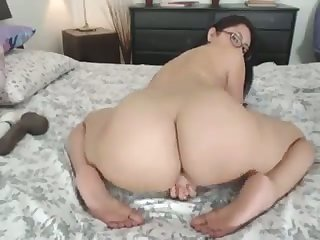 This bootylicious webcam girl makes me rock hard and she loves riding her toy