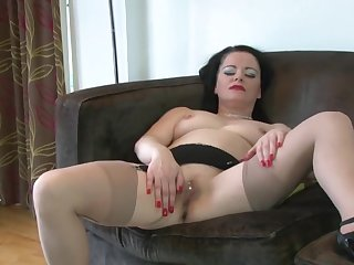 Solo mature Sarah Kelly spreads her legs to play with fingers